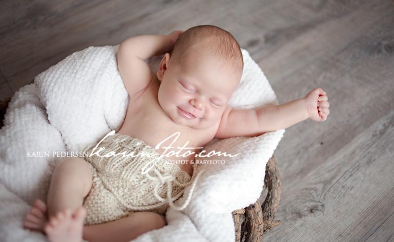 herlig,nyfødtfotografering 2012,smil,rede,nyfødtfoto