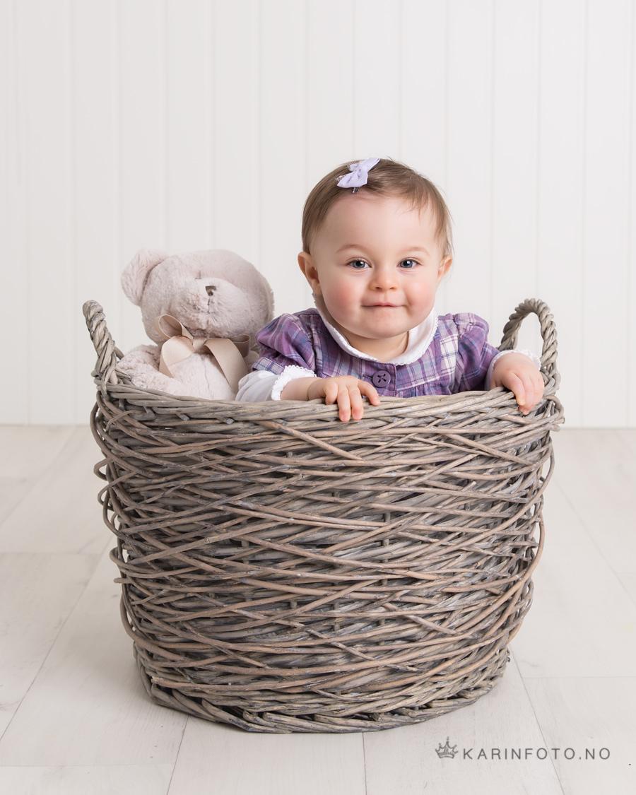 1årsfotografering,kurv,bamse,karinfoto,fotograf Karin Pedersen