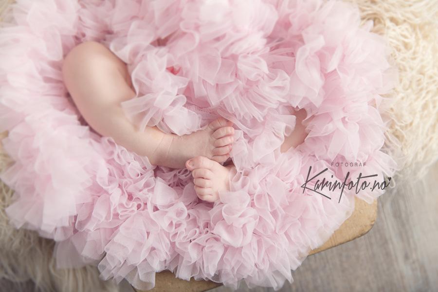 Detaljer Nyfødtfotografering,Tiny Toes,nyfødt,nyfødtfotografering,Karinfoto,karin,pedersen,prinsesse,tyllskjørt,babystudio,fotostudio,østfold