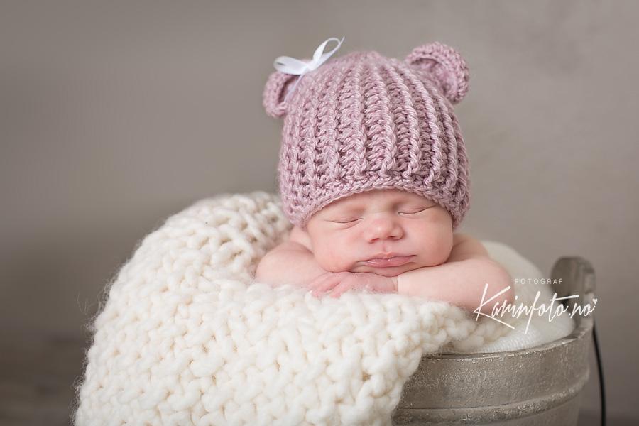 Nyfødtfotografering,karinfoto,baby,bøtte,nyfødtlue,prinsesse,jente,vakker,nydelig,9dager,fotograf,nyfødtfotograf,sarpsborg,østlandet,babyfotograf