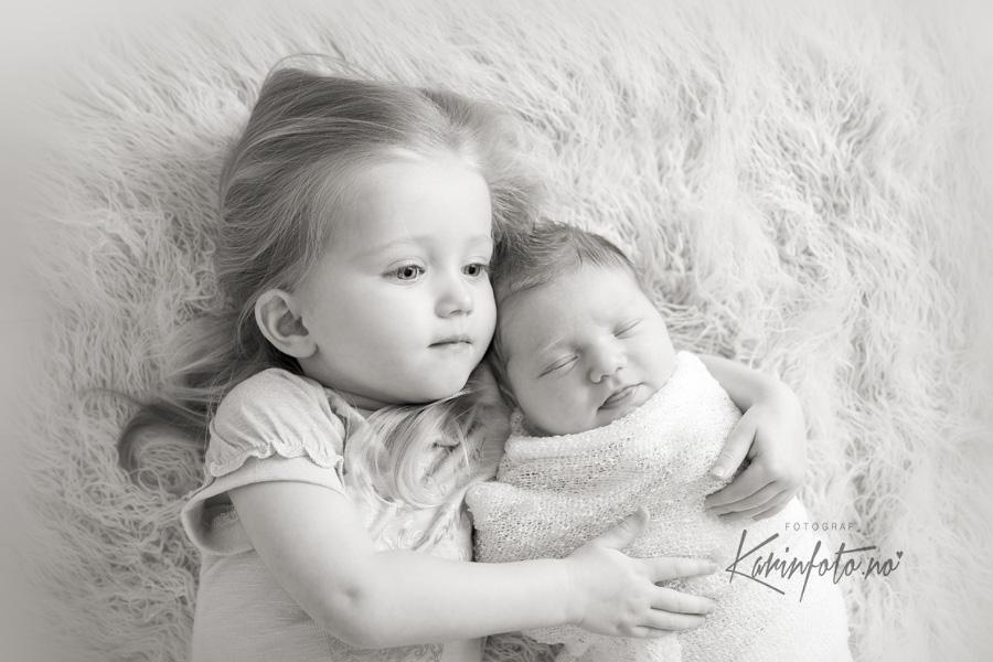 vakker søskenfotografering,nyfødt,baby,KarinFoto,fotograf i Sarpsborg,babystudio