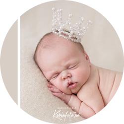 Nyfødtfotografering med bestemors krone