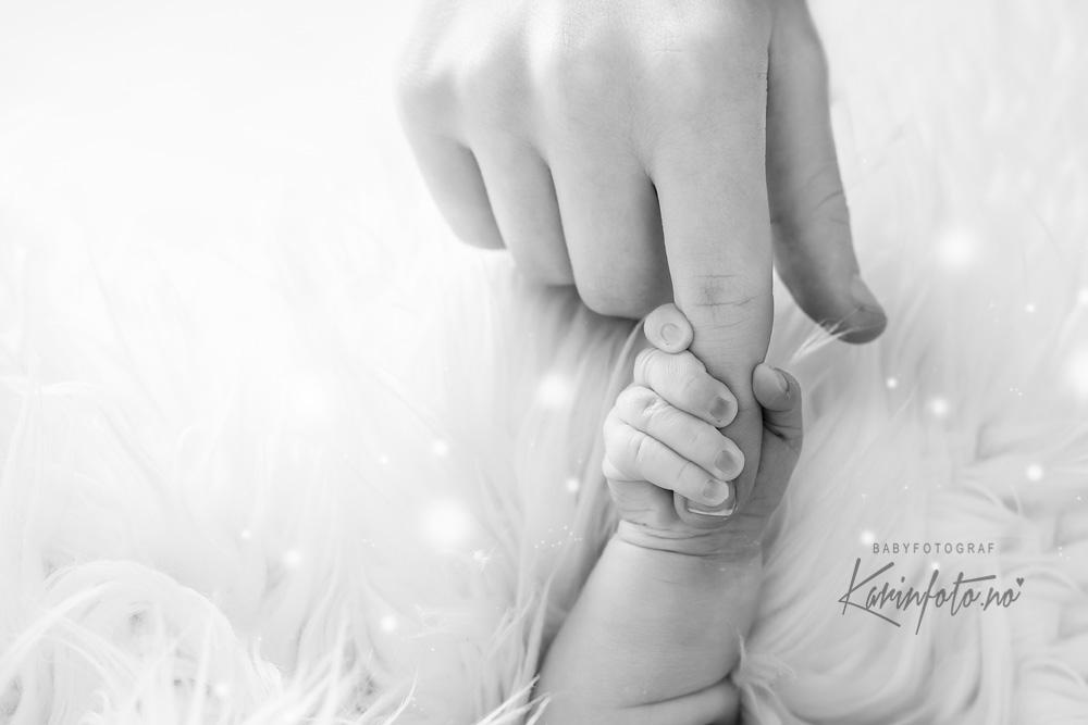 Vakre øyeblikk under en nyfødtfotografering