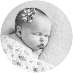 Nyfødtfotografering i nydelige gråtoner