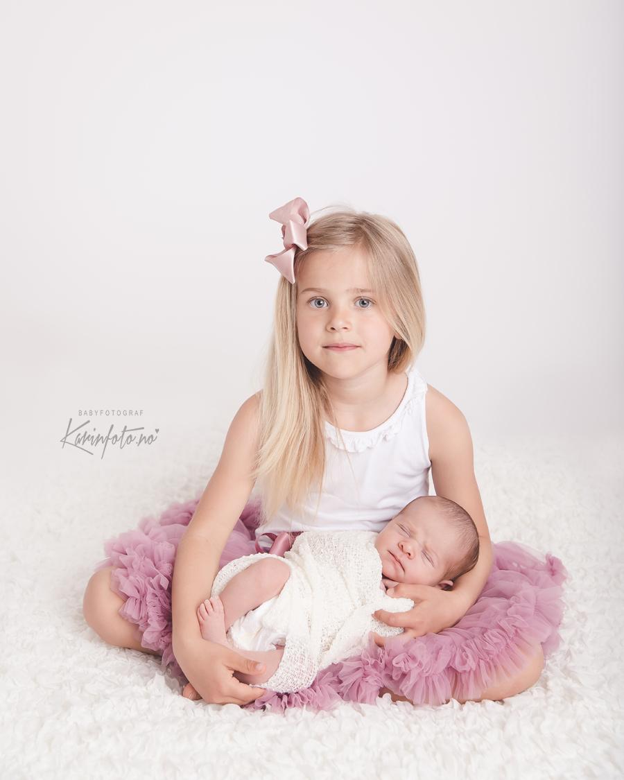 Vakker, søskenfotografering,nyfødtfotografering,babyfotograf Karin Pedersen,Babyfotograf,Nyfødtfotograf,Nyfødtfoto,storesøster og lillesøster,kalnes,sarpsborg,oslo