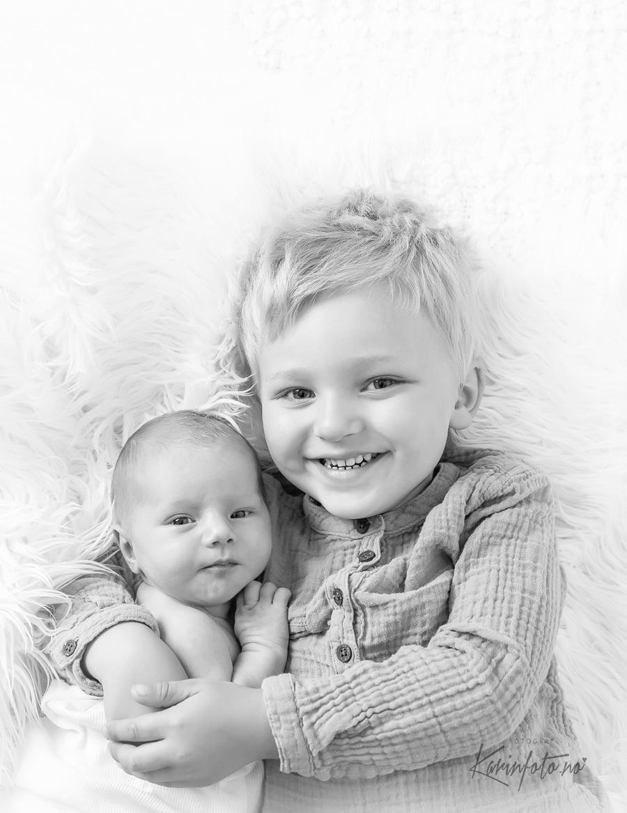 Søskenfoto,storebror,lillesøster,fotografering,karinfoto,babyfotograf,søskenfotografering,sarpsborg,østfold