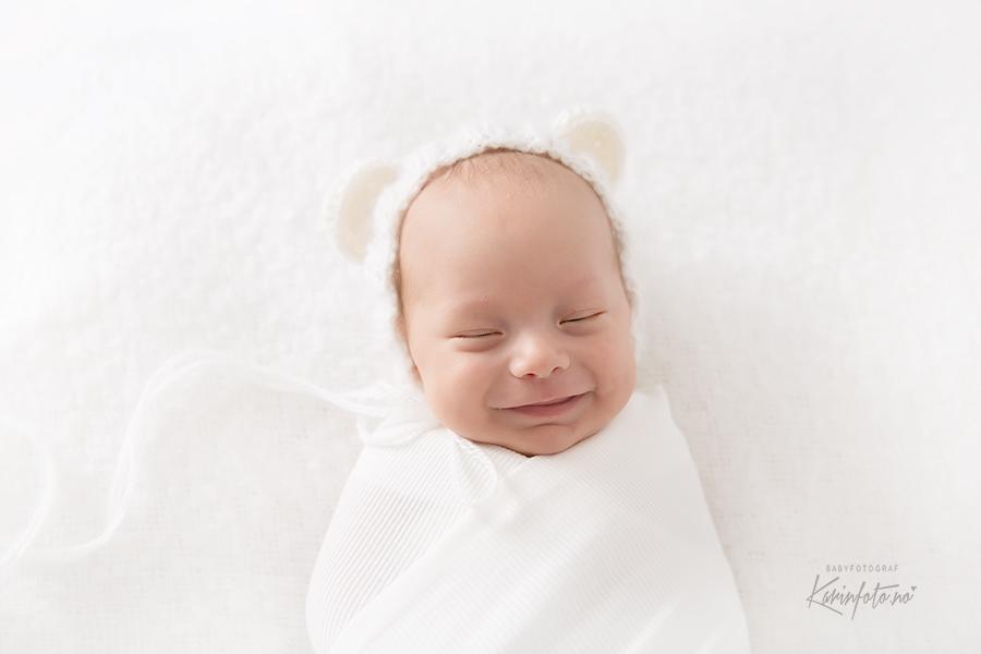nyfødtfotograf,babyfotograf,nyfødtfoto,babyfoto,fotografering,babystudio,erfaren,babyfotograf,sovebilder,bamselue,smil,karinfoto,karinPedersen