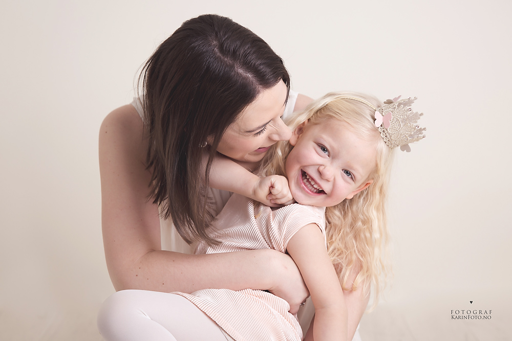 Mor og barn barnefotograf,karinfoto,KarinPedersen,magisk fotografering,glitter,prinsesse,studio,sarpsborg,oslo,østfold