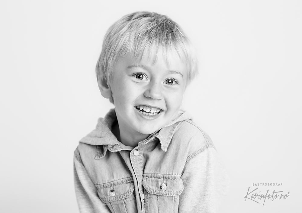 Barnefotograf,karinPedersen,barnefoto,4år,portrett,smil,glimt,studiofoto,sarpsborg,oslo,østfold