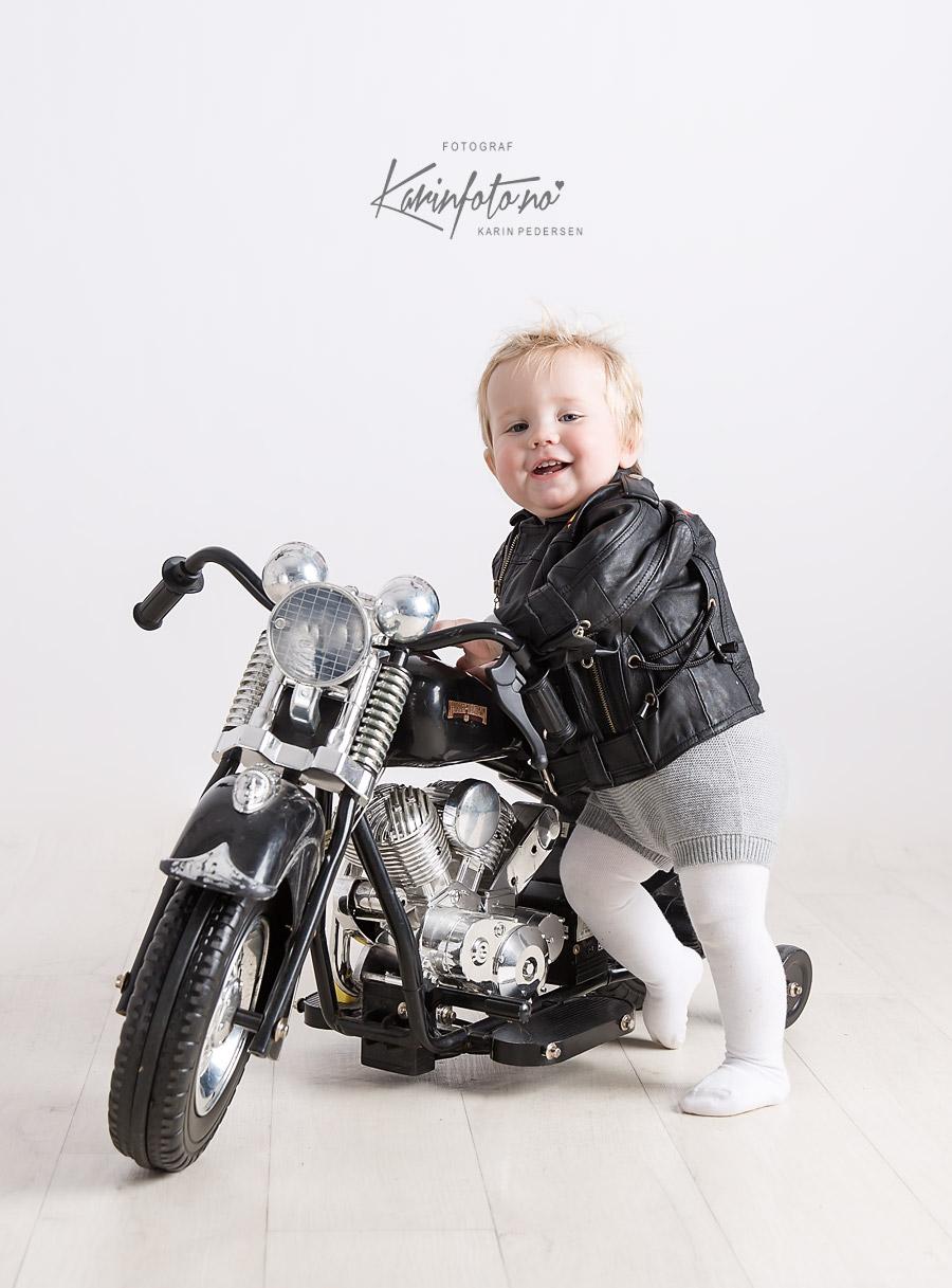 Ettårsfotografering,babyfotografering,HarleyDavidson,Fotorekvisitt,pokemon,fotograf,østfold,fredrikstad,moss,halden,oslo,vestby,ski,son,rygge,asker,askim,Rakkestad,Drammen