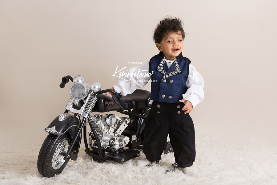 1årsfotografering,rekvisitt,babyfotografering,HarleyDavidson,FotografKarinPedersen,KarinFoto,ettår